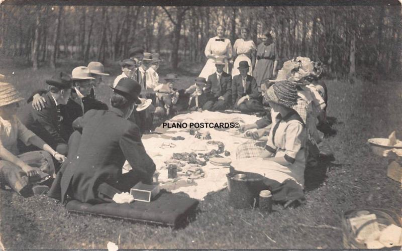 EARLY 1900'S FAMILY PICNIC ON THE GROUNDS RPPC REAL PHOTO POSTCARD
