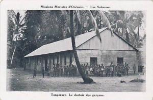 Solomon Islands , Tangarare. Le dortoir des garcons, 1910s