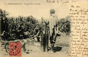 CPA Forgeron Bara et son aide MADAGASCAR (819637)