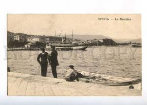 232945 ITALY SPEZIA Quay ship sailors Vintage postcard