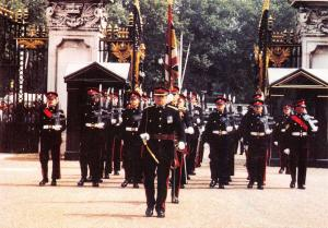 Postcard The King's Regiment in London Forecourt at Buckingham Palace PH4-4