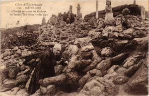 CPA ROTHÉNEUF - L'Ermite sculptant les Rochers en fumant une bohne... (298228)