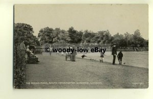 tp8588 - London - Lads Yachting on Round Pond, in Kensington Gardens - Postcard