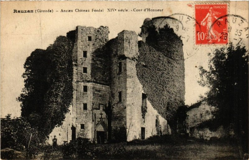 CPA AK Rauzan - Ancien Chateau Feodal - XIV s. - Cour d'Honneur (655627)
