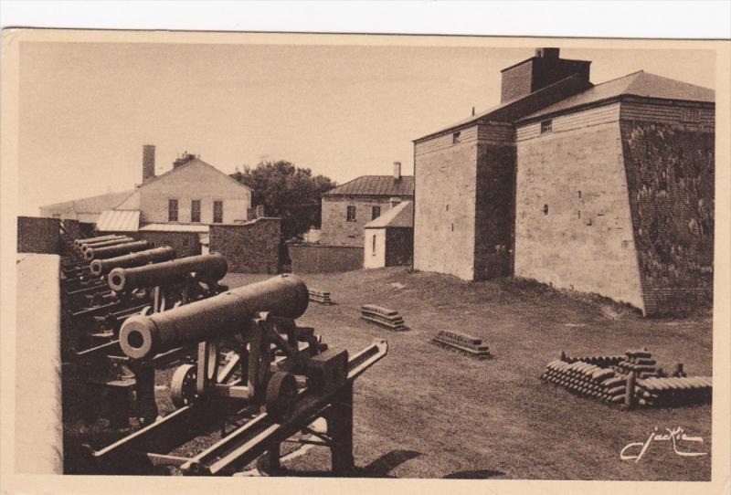 Une Rangee De Vieux Canons Sur Un Bastion De La Citadelle, QUEBEC, Canada, 19...