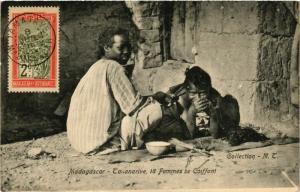 CPA TANANARIVE Femmes se coiffant 18 MADAGASCAR (709615)