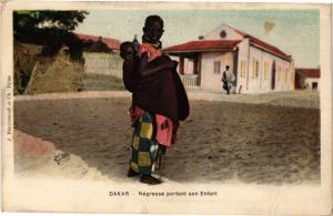 CPA Senegal-Dakar-Négresse portant son Enfant (235480)