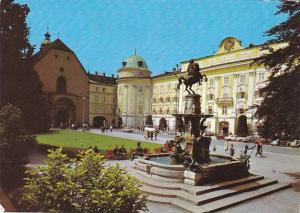 Austria Alpenstadt Innsbruck Leopoldsbrunnen mit Hofburg und Hofkirche