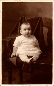 Vtg Tarjeta Postal RPPC 1924 Adorable Chubby Bebé Lenora En Silla Studio Vista