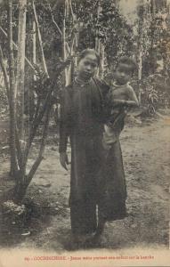 Vietnam Cochinchine Jeune mére portant son enfant sur la hanche 02.86