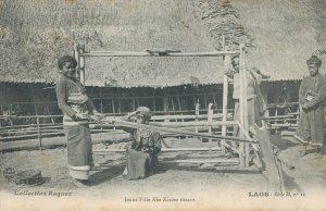 Indochine Laos Jeune Fille Kha Kouene tissant 03.79