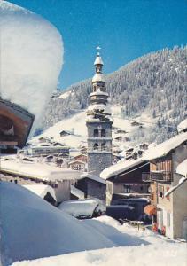 France La Clusaz Le Clocher et le Village blottis sous la neige