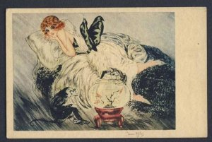 Jean Gilles a/s - femme -  woman laying on bed watching monkeys gold fish