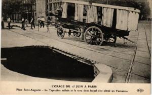 CPA L'ORAGE DU 15 JUIN a PARIS (8e) Tapissiere, Taximetre, trou (199935)