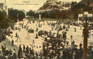 France - Lourdes. Le Place devant l'Eglise du Rosaire