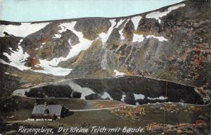 Poland Riesengebirge Der kleine Teich mit Baude Berg Mountain Lake