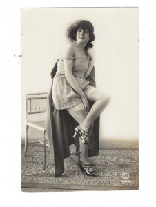 HI1080 SEXY MODEL 1920/30 SHOWING STOCKINGS AND LEGS , NAKED SHOULDERS