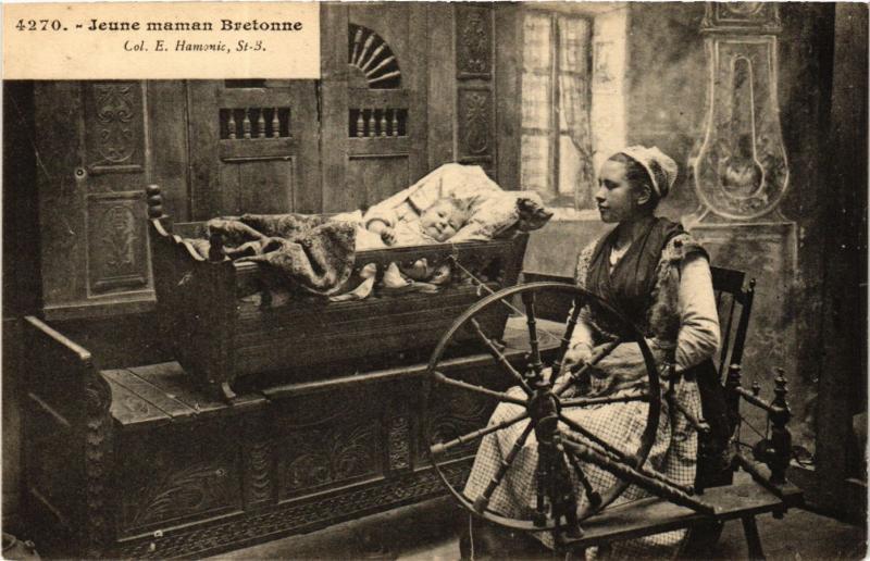 CPA Jeune maman Bretonne FRANCE FOLKLORE (789521)