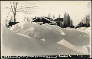 canada, MONTREAL P.Q., Snowdrifts at Sunset, Unknown Street (1930s) RPPC