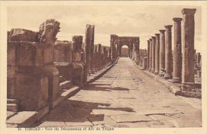 Tunisia Ruines Romaines de Timgad Voie du Decummanus et Arc de Trajan