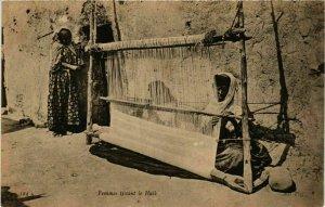 CPA AK ND 324 Femmes tissant le Haik TUNISIE (798981)