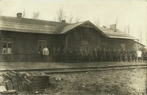 lithuania russia, TSCHORNY-BROD (?), Soldiers at the Railway Station (1916) RPPC