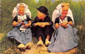 Netherlands Zeeuwse Klederdracht, Petit Comite, Children Have a Chat