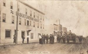 RP: SINTALUTA , Sask.,  00-10s ; People in Road in Front of Saskatchewan House