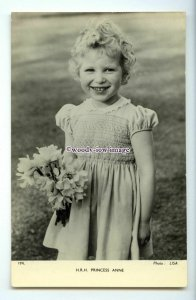 r2703 - A Smiling Young Princess Anne holding Daffodils  - postcard - Tuck's