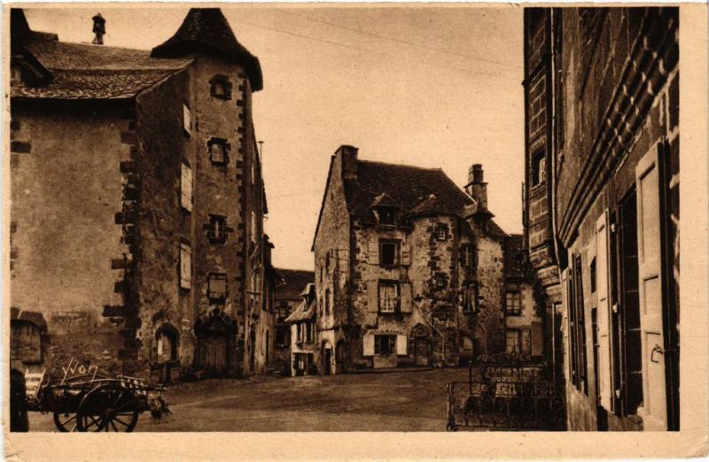 CPA SALERS - Vieilles Maisons sur la Grande Place (480457)
