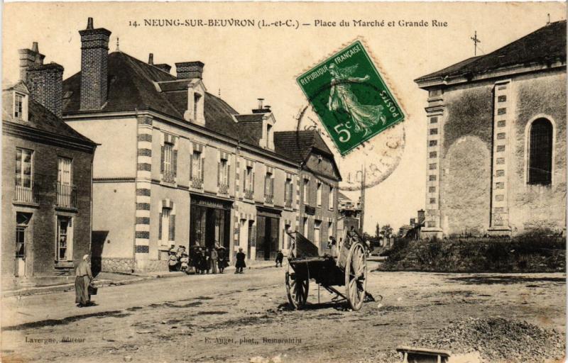 CPA NEUNG-sur-BEUVRON - Place du Marché et Grande Rue (253251)