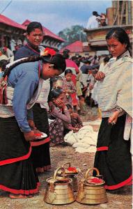 BR28042 Typical women of Kathmandu valley prepiring for worship nepal