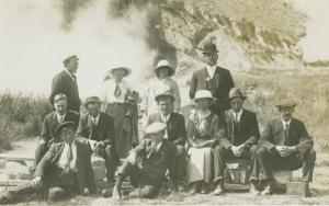 Portrait Of 12 People New Zealand Group Photo Unknown? Real Photo Postcard E4