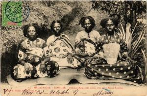 CPA Nossi-Bé. Femmes Malgaches assise MADAGASCAR (625514)