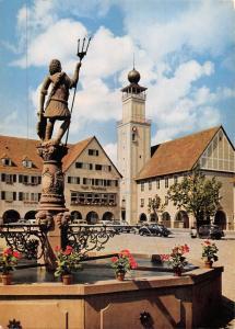 GG12569 Freudenstadt Schwarzwald Am Marktplatz mit Rathaus Statue, Auto Cars