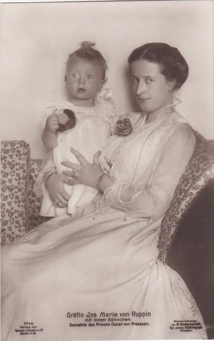 RP: Grafin Ina Maria von Ruppin mit ihrem Sohnchen. , Germany , 00-10s