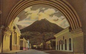 GUATEMALA , 1930-40s ; Arch of St Catherine & Volvano ; ANTIGUA