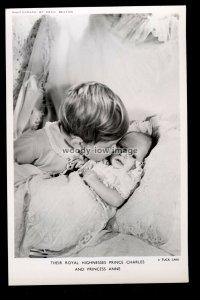 r4467 - TRH. Prince Charles kisses baby sister Princess Anne - postcard