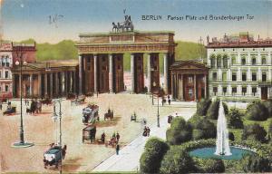 Berlin Pariser Platz und Brandenburger Tor Brunnen Fountain