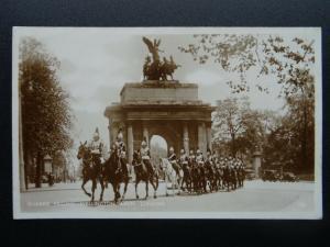 London THE GUARDS PASSING THE WELLINGTON ARCH Hyde Park c1930s RP Postcard