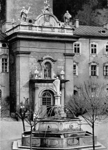 Salzburg Erzabtei St. Peter, Kirchenportal und Petrusbrunnen Statue Fountain