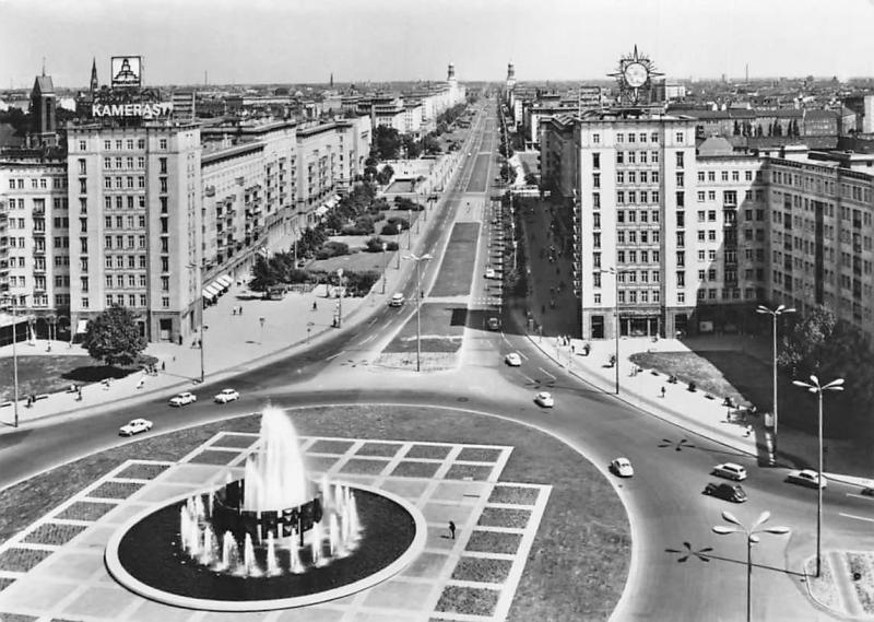Berlin Strausberger Platz Karl Marx Allee Brunnen, Fountain, Auto Cars