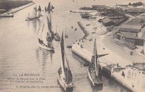 LA ROCHELLE, Charente Maritime, France, 1900-10s ; Depart de Barques pour la ...