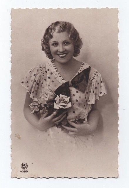 POSTCARD 1930s GLAMOUR GIRL PIN UP SMILE GLAMOUR FASHION PARIS FRANCE