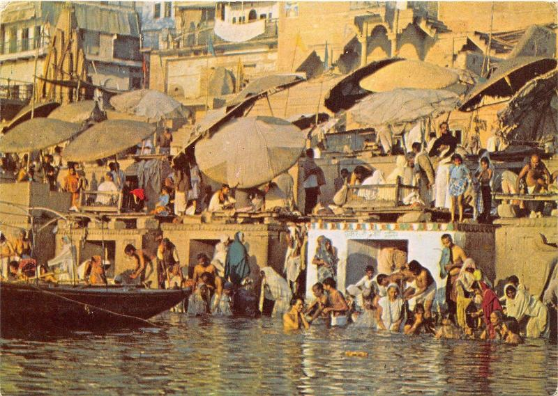 BR28170 Bathing at ghat varanasi india