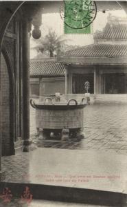 CPA Vietnam Indochine - Annam - Hué - Une urne en Bronze sculpté dans (94804)