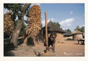 ABIDJAN , Ivory Coast , 1991 ; Pilage du riz par une jeune fille