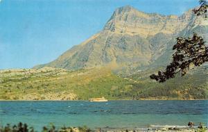 Canada Mount Vimey i nWaterton Lakes National Park Alberta Boat