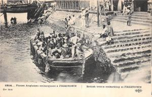 B84985 ship bateaux british troops embarking at freetown   sierra leone