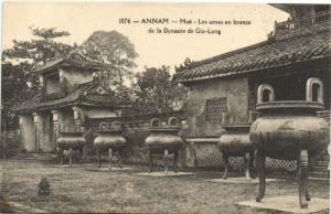 CPA Vietnam Indochine ANNAM Hué - Les urnes en bronze (62121)